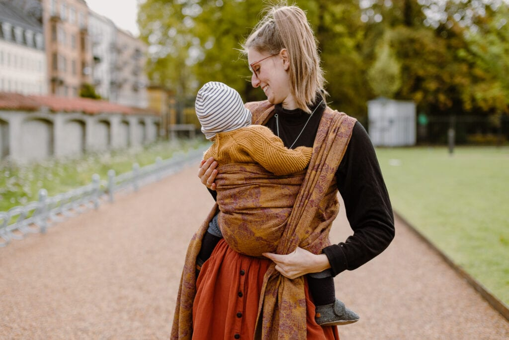 A mother tying the Front wrap cross carry.