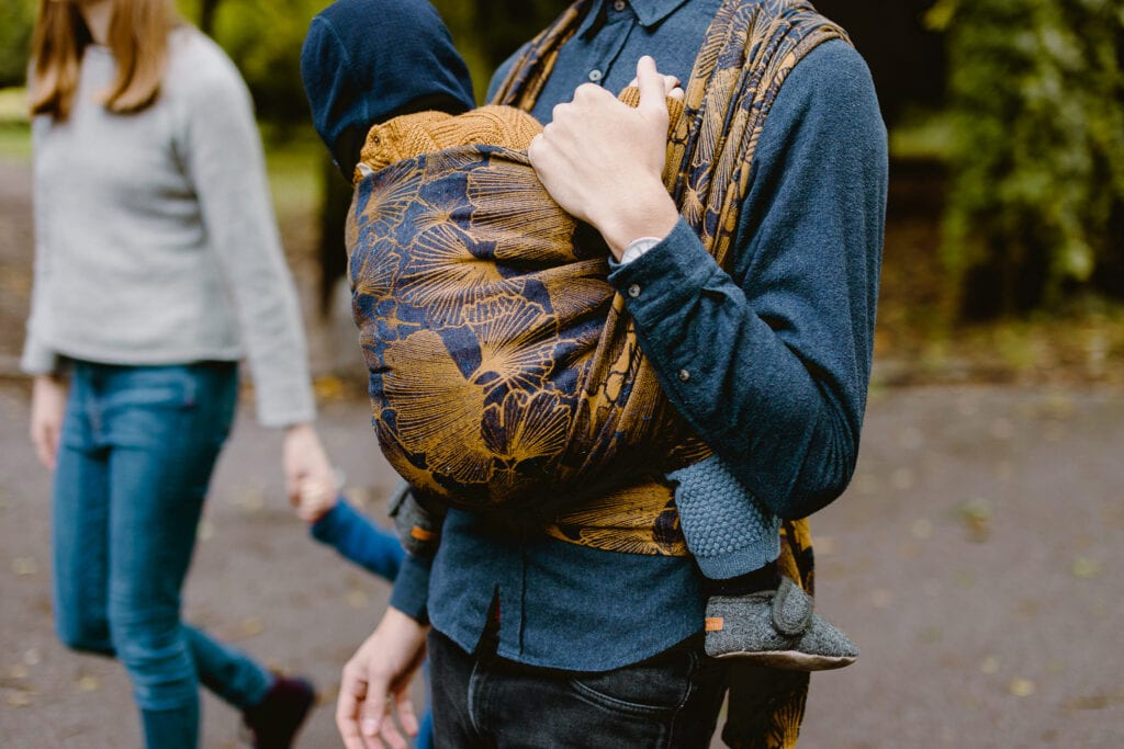 A man babywearing his son in Levate wraps mejse.